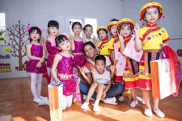 Đồng hành cùng Cúp truyền hình 2018, Hoa hậu H'Hen Niê trao tặng trường mầm non thị trấn Cao Lộc, tỉnh Lạng Sơn